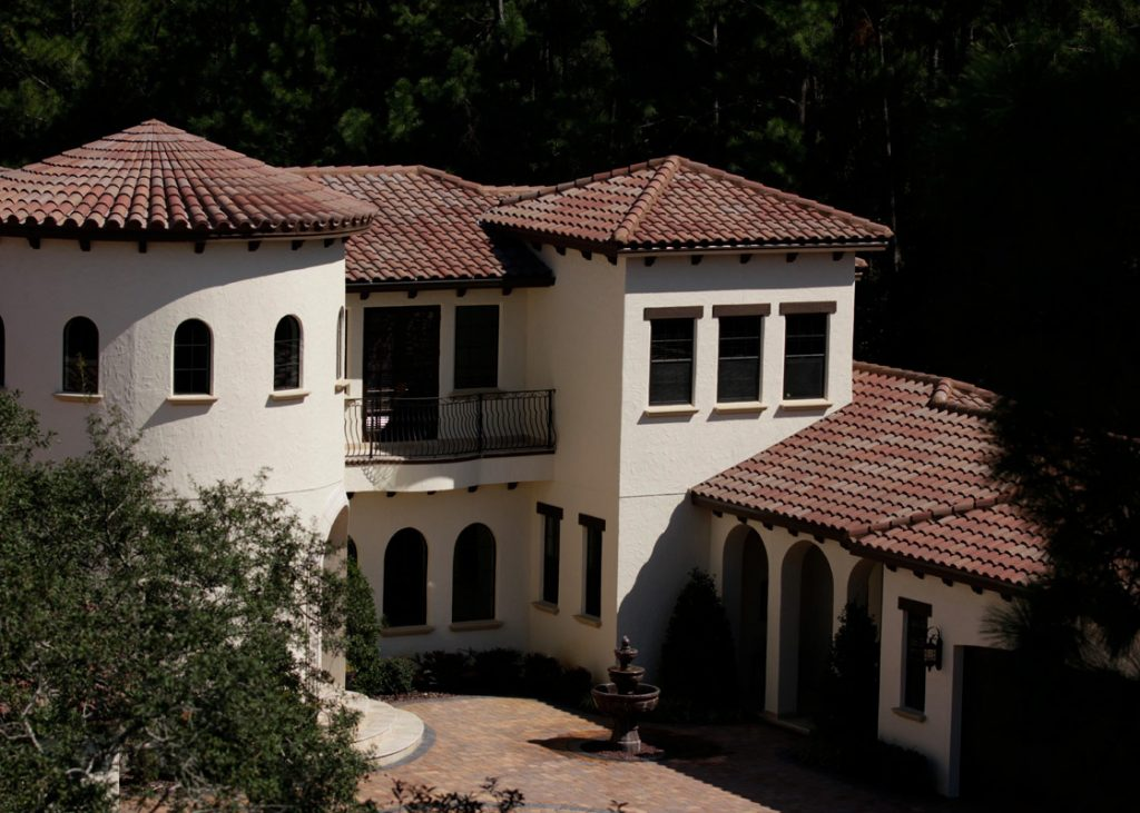 The Eagle Roofing S Capistrano Floridian Blend Concrete Tile Roof On Home Pictured Paired With A Creamy White Exterior Provides Timeless And